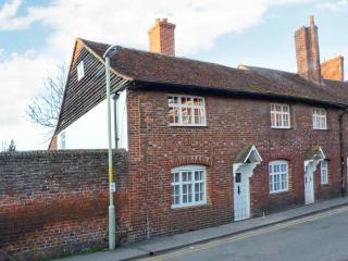 9 LINDEN GROVE city centre location, en-suite bathroom, off road parking in Canterbury Ref 23572