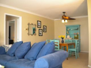 Walk to the beach- Cute 2 bedroom condo, Carpinteria