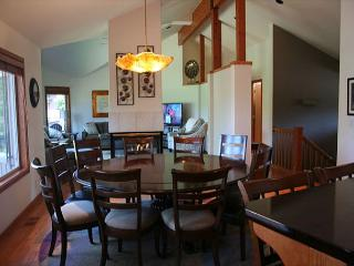 Popular Sunriver Home with 2 Master Suites and On the Golf Course