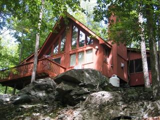Beautiful Country Home with Waterfall and Hot Tub!, Bushkill