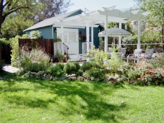 Private Get-Away Garden Cottage for Two, Murphys