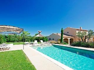 Modern Family-Friendly Villa La Nouvelle in Gorgeous Countryside with Private Pool, Les Baux de Provence