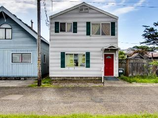 Colorful & retro, only a block to the beach!, Rockaway Beach