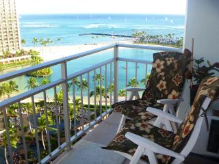 Beachfront Condo with ocean views from every room!, Honolulu