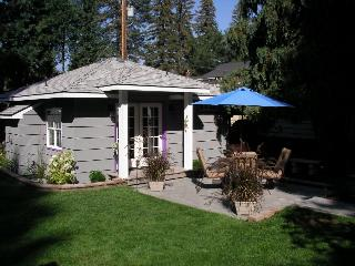 Second Street Cottage-convenient yet secluded downtown Bend retreat