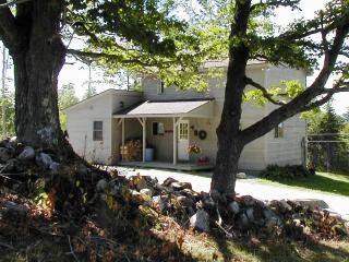 4-Season Cottage -- Romantic Getaway or Family Fun, Belmont