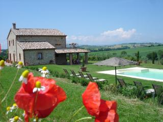 FARMHOUSE WITH POOL +WIFI CLOSE TO CORTONA & LAKE, Castiglione del Lago