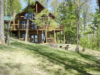 1 Acre Luxury CampFire Pit Secluded Wifi Hot Tub, Sevierville
