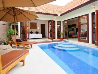 VILLA JEPUN. LUXURY 2 BDRM VILLA, POOL, GARDEN, WITH BEACHFRONT ACCESS.