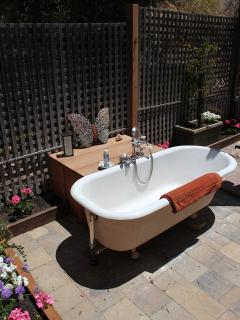 Luxuriate in the outdoor claw foot bathub