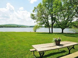 Marvelous 3 Bedroom Cottage offers stunning lakefront & private dock!, Oakland