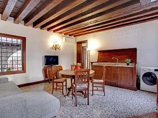 Apartment Scala Reale, few step to Casinò di Venezia, near to Jewish Ghetto, 12/15 minutes walk to Rialto, Venecia