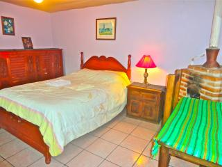 Cozy Bedroom Close to Downtown   With & fireplace, San Cristóbal de las Casas