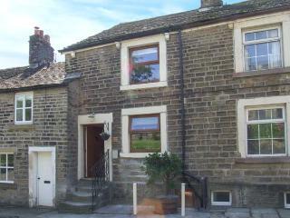 TINSLE COTTAGE, pets welcome, woodburner, en-suites, rural views, terraced cottage in Tintwistle, Ref. 27862, Padfield
