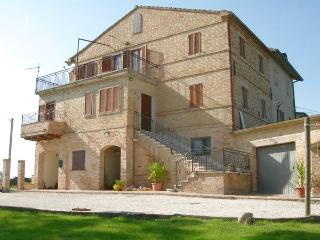 Traditional Marche farmhouse with panoramic view !, Cossignano