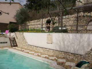 Quiet villa with private pool near Gordes Provence