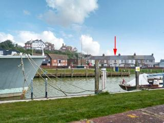 RIVERSIDE APARTMENT next to river, romantic retreat in Rye Ref 22886