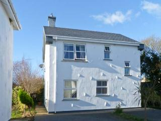 45 CASTLE GARDENS, detached cottage in popular resort, open fire, sun room, en-suite, near Rosslare Harbour, Ref 23270