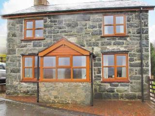 GLAN TWRCH, woodburning stove, off road parking, garden, in Llanuwchllyn, Ref