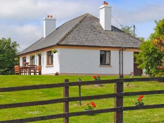 KILLORGLIN COTTAGE, great family house, open fire, mountain views, in