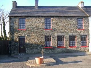 BIDSIE BRICKE'S family-friendly, multi-fuel stove next to harbour in Carrigaholt Ref 24062
