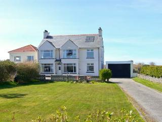 GABLES RETREAT, single-storey cottage near beach, en-suite, garden and patio in Trearddur Bay, Ref 5579