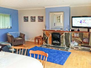 17 GLYN Y MARIAN, upside-down accommodation, balcony, beach views, in Llanbedrog, Ref 10608, Pwllheli