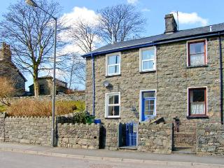 MANOD VIEW, king-size bed, terraced garden, great base for Snowdonia in Blaenau Ffestiniog, Ref 18516