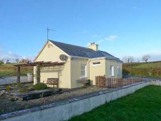 OILEAN FHONN, detached cottage with multi-fuel stove, patio, Kildysart, Kilrush Ref 19641
