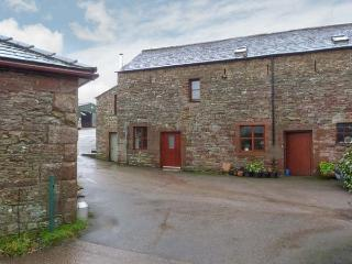 BARN END, barn conversion, with woodburning stove and roll-top bath, close to La