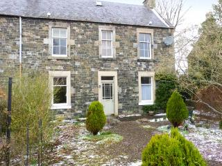GARDEN FLAT, cosy ground floor apartment with garden in Peebles, Ref 22333