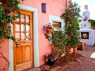 Casita Agosto - Outdoor Hot Tub with Fireplace, Walk to Plaza. From $75/nt!, Santa Fe