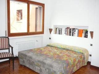 BRIGHT ROOM WITH LUXURY BATHROOM NEAR METRO !!!, Milan