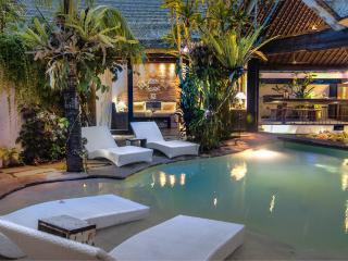 Villa Sampan amazing hideaway, spot on location, Seminyak