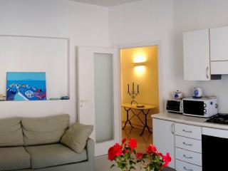 Bright and restored 3 bdr apt 1 min from the beach, Terracina