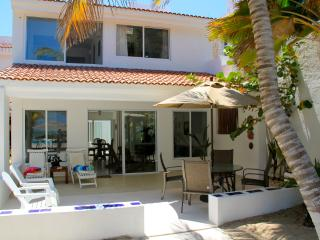 Villa Xanadu, beachfront in Uaymtiun w/pool, Progreso