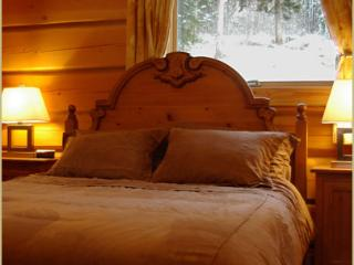 Queen Bedroom, Deer Lodge, Golden, BC has ensuite bathroom