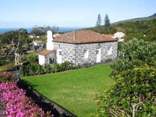 Casa da Faia - holiday home over viewing the ocean, Horta