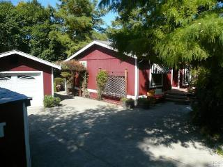 Farmhouse in Healdsburg - Walkable to Downtown