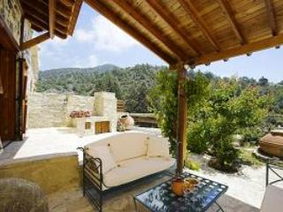 Blue cottage among pine trees on Troodos Mountains, holiday rental in Pelendri