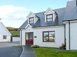 BRACKEN LODGE, open fire, off road parking, garden, in Skibbereen, Ref 23992