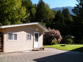 Chilliwack River cabin with mountain views for 1-4