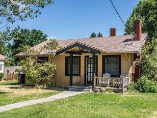 Walk Everywhere! Perfect Location, Bright and Cheerful Columbia Cottage, Bend
