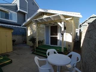 Cute 1 Bedroom Beach Bunglow! Walk to Balboa Pier! (68296), Newport Beach