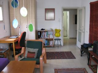 Large Room in a Homey Tel-avivian apartment -The best location !!, Tel Aviv