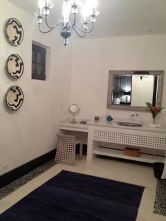 TYPICAL EN-SUITE GUEST BATHROOM