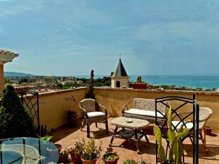 Siamo lieti di mettere a vostra disposizione il nostro B&B Lavinium, sul mare, a Scalea, in Calabria.