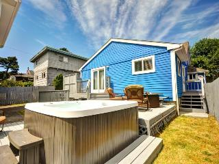 Pet-friendly, artistic getaway with a private hot tub!, Seaside