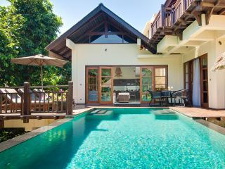 Beach club access, 4-bdr stylish Villa Indah w. Jacuzzi bath. Butler