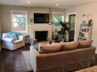 Cozy Living Room with 46' HD Flat Panel TV with Cable and Media Server